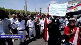 بالفيديو.. عشرات المواطنين يرفعون صور 'النائب العام' أمام مسجد المشير طنطاوى وسط هتافات 'الإخوان أعداء الله'