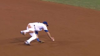 COL@LAD: Utley makes ridiculous no-look flip to first