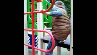 Дисятелетняя девочка избивает  семилетнего мальчика