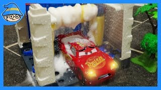 Disney Lightning McQueen car toys. Shall we wash the car toys in the car wash?