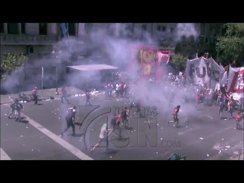 Violentas manifestaciones a las afueras del congreso de Argentina por reforma de pensiones