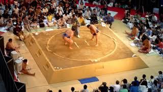 2017/8/27(日)15:13 大相撲KITTE場所 取組3 碧山-徳勝龍.