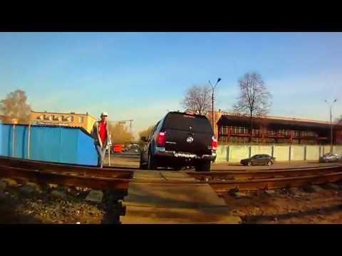 Джип переезжает по настилу железнодорожные пути