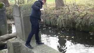 Magnetfischen am alten Bach bringt Nazi Abzeichen WW2