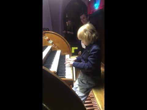 Elisey Mysin plays the organ for the first time. Елисей Мысин впервые играет на органе