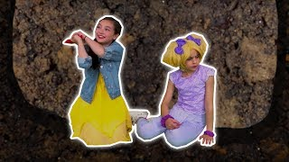 TRAPPED IN A GIANT HOLE 🕳️ Lilliana & Esme Dig Their Way Out - Princesses In Real Life | Kiddyzuzaa