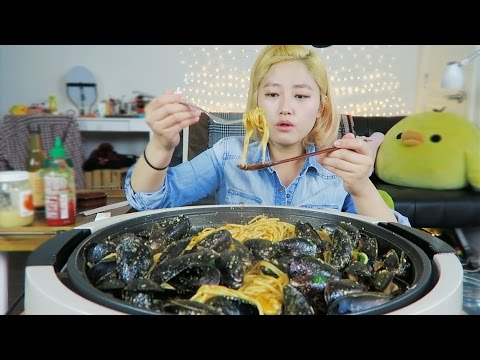 SRIRACHA ep2. [Garlic Butter Sriracha Mussel Pasta] cooking/mukbang + Butter Sriracha Rice after