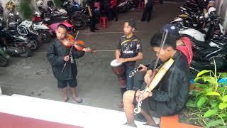 pengamen bandung mainkan musik victory dari bond kereeeeeen dago 28 juli 2014