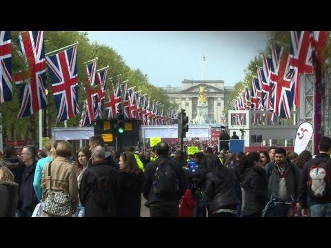 Spectators cheer on London Marathon runners