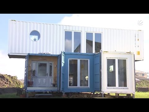 wohnen mal ganz anders umweltsch tzer baut containerhaus in neubausiedlung youtube. Black Bedroom Furniture Sets. Home Design Ideas