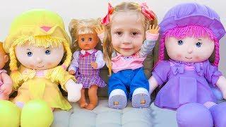 Настя играет в прятки с куклами