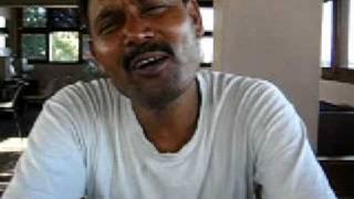 インドのバラナシでどんぐりコロコロ♪をインド風に歌うおっちゃんと遭遇...