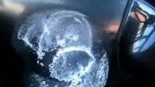 видео Лёд на дне морозильной камеры холодиьника. Ремонт холодильника [HD]
