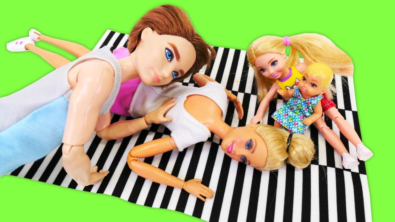 Barbie está cansada de mover los muebles. Casa de las muñecas Barbies. Juguetes para niñas