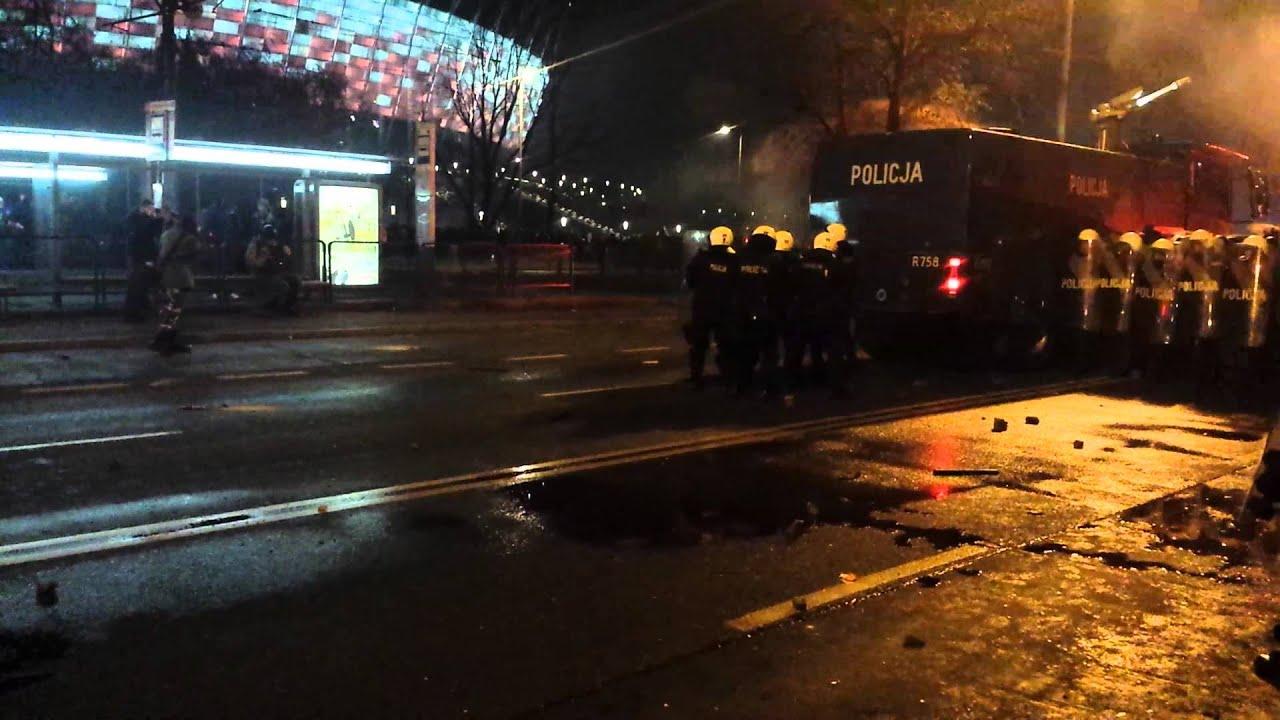 Policja używa broni długiej i sikawek - MARSZ NIEPODLEGŁOŚCI 11.11.2014
