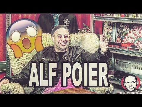 Stiegenhaus WEST mit Alf Poier