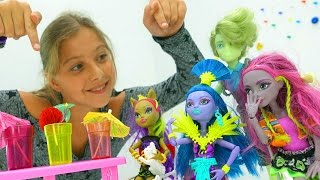 Подружка Полен и куклы Монстер Хай - идем в кафе. Видео с игрушками Monster High