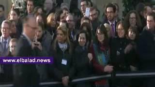 رئيس وزراء فرنسا السابق وزوجته يصافحان رئيس الحكومة الجديد بالأحضان والقبلات..فيديو