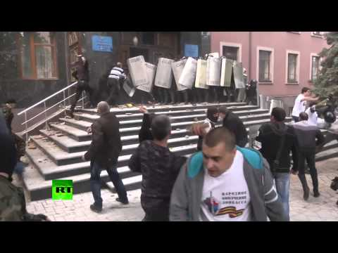 Video: Anti-govt protesters beat police, storm Prosecutor's Office in Donetsk, E. Ukraine
