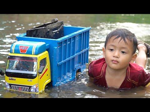 Lucu! Main Truk Miniatur di Sungai Muat Sampah | Mainan Miniatur Truk Anak
