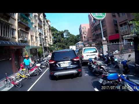 SJ 在新店玫瑰中國城上遇到違規停在路中央的汽車駕駛