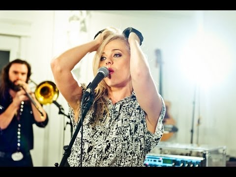 "MNDR - ""Feed Me Diamonds"" (Live Session + Q&A)"