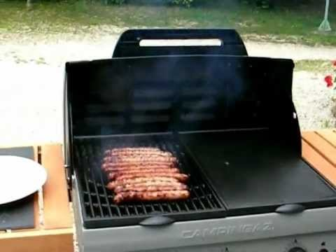 cuisson des saucisses au barbecue campingaz adelaide woody. Black Bedroom Furniture Sets. Home Design Ideas
