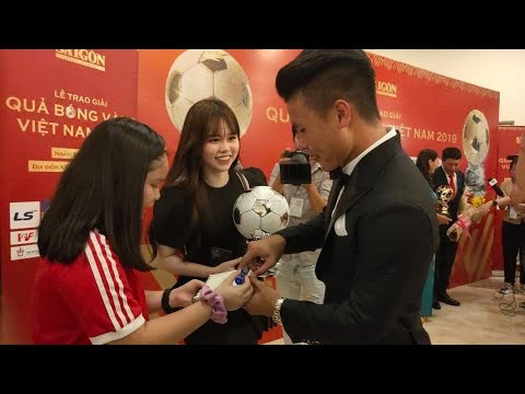 Bạn Gái Huỳnh Anh Kèm Chặt Quang Hải ở Lễ Trao Giải Quả Bóng Vàng Việt Nam