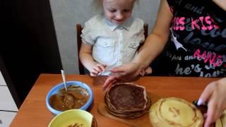 самая милая и искренняя девочка Арина готовит с мамой блинчики милашка