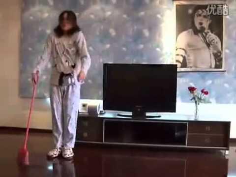 Vừa lau nhà vừa nhảy giống Michael Jackson