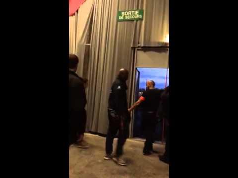 Deux femen perturbent la visite de hollande au bourget doovi - Bourget salon musulman ...