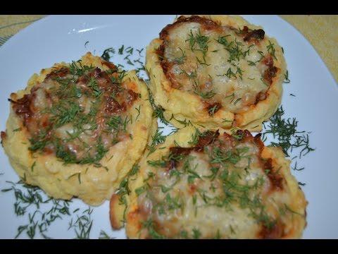 Картофельные гнезда с грибами в чесночно-томатном соусе