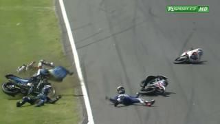 شاهد.. صدام عنيف في سباق للدراجات النارية