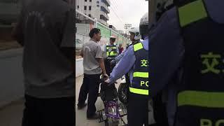 深圳交警坪山区大队三个交警协管员係畀啲老百姓骂到懵晒![大笑]