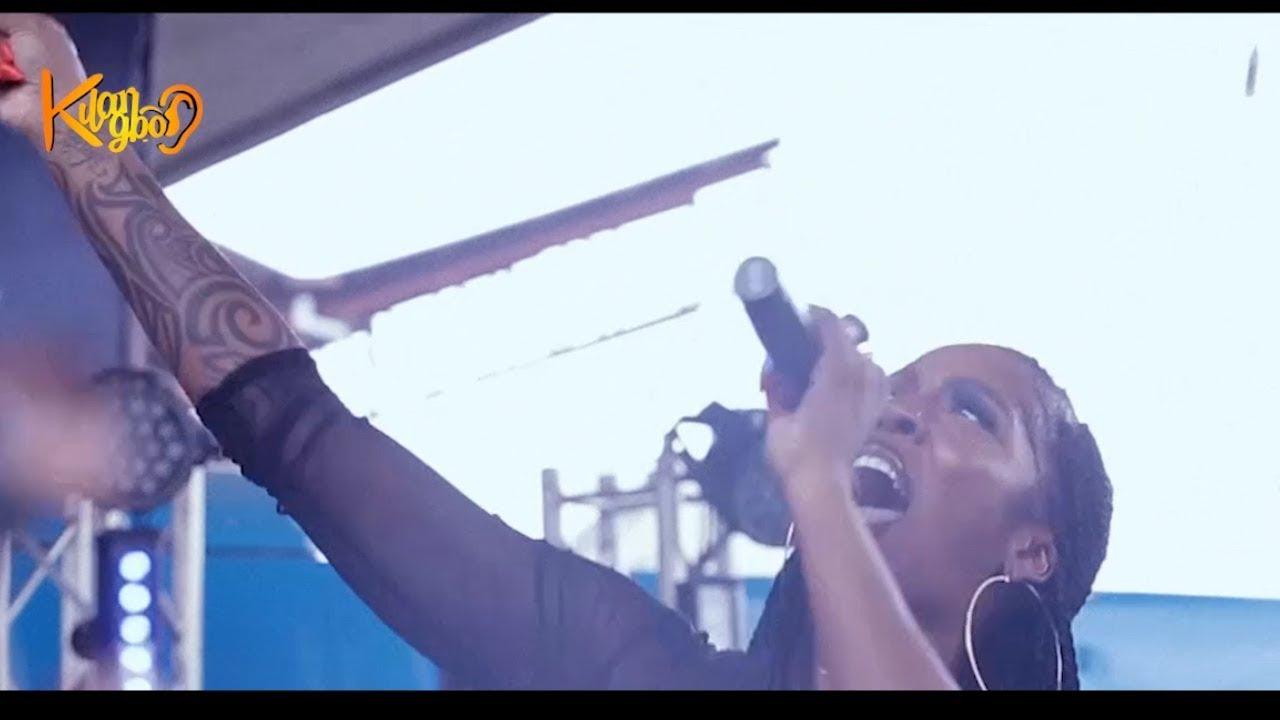 Tiwa Savage moments with fans at obalende bridge Lagos
