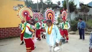 Procesión por las principales calles de Tlaola en la misa inculturada