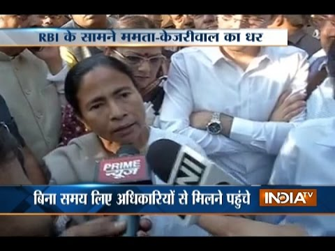 Public Protest against Kejriwal-Mamata Banerjee outside Reserve Bank in Delhi