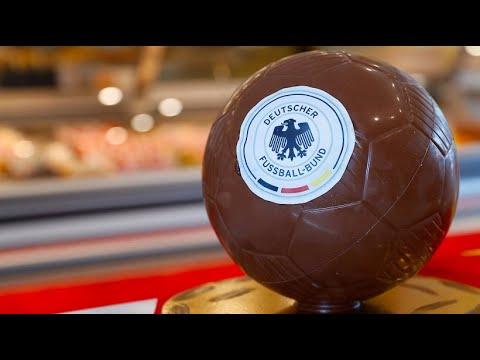 Konditor lockt mit Deutschland-Torten und Fußball aus Schokolade