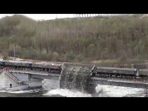 Под Мурманском разбираются с причинами обрушения железнодорожного моста.
