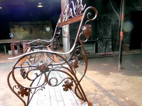 Красивый дизайн кованой скамейки для сада