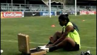 Ronaldinho Jogando a bola tres vezes na trave
