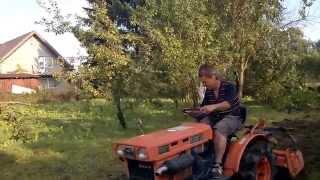 Kobiety na traktory.Traktorek ogrodowy z glebogryzarką. www.akant-ogrody.pl