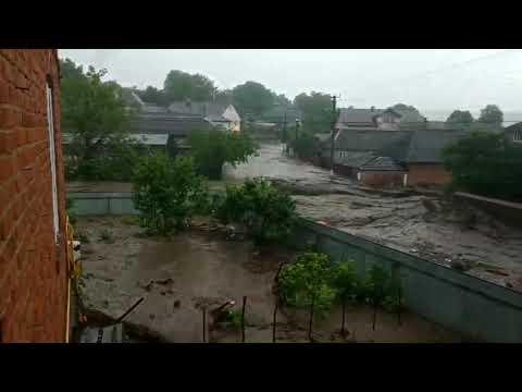 На Тернопольщине улицы села залило рекой.