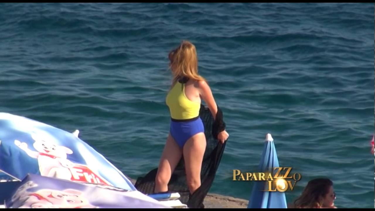 Na plazi slike gole Mirjana Karanović