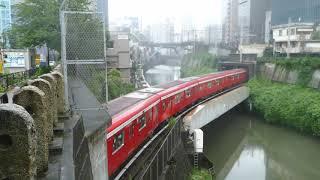 雨の御茶ノ水 【東京メトロ】丸ノ内線 2000系の赤が映える