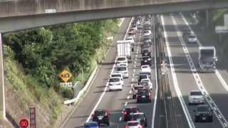 【高速道路の「上り坂」が渋滞の一因である事がよくわかる動画】
