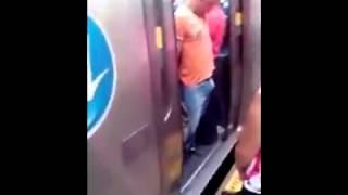 Repeat youtube video Señor Se Queda Atorado En Metro Por Su  Pene???
