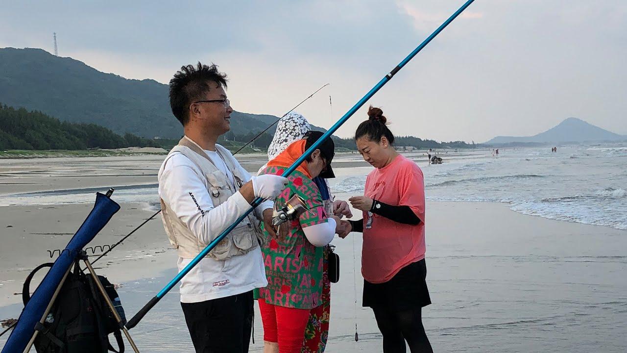 闲牛带网友去海边钓鱼,还发现罕见的魔鬼皮皮虾,大家玩得好开心
