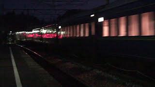 深夜の平泉駅を通過する、貨物列車と寝台特急カシオペアと北斗星の映像...