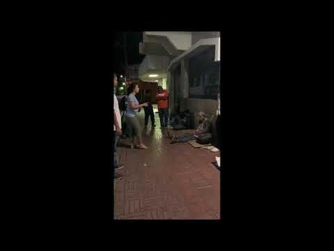regalando-comida-a-la-gente-pobre-en-la-calle